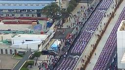 Ribuan peserta mengikuti pemecahan Guinness World Record tari Poco-poco di sepanjang Jalan MH Thamrin-Sudirman, Jakarta, Minggu (5/8). Presiden Jokowi dan Ibu Negara Iriana turut mengikuti acara ini bersama peserta. (Liputan6.com/Pool/Biro Pers Setpress)