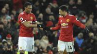 Pemain Manchester United, Anthony Martial dan Jesse Lingard, melakukan selebrasi usai mencetak gol ke gawang Stoke City pada laga Premier League di Old Trafford, Senin (15/1/2018). Manchester United menang 3-0 atas Stoke City. (AP/Rui Vieira)