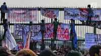 Mahasiswa memasang spanduk di pagar saat berunjuk rasa di depan Gedung DPR/MPR, Jakarta, Senin (23/9/2019). Dalam aksinya mereka menolak pengesahan RUU KUHP dan revisi UU KPK. (Liputan6.com/JohanTallo)