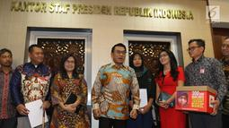 Kepala Staf Kepresidenan, Moeldoko (tengah) menerima kedatangan terpidana kasus pelanggaran UU ITE, Baiq Nuril Maknun di Kompleks Istana Kepresidenan, Senin (15/7/2019). Kedatangan Baiq Nuril untuk menyerahkan surat pengajuan amnesti ke Presiden Joko Widodo (Jokowi). (Liputan6.com/Angga Yuniar)