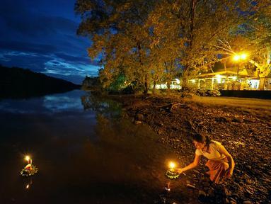 Seorang wanita bersiap menghanyutkan lentera air dalam Festival Loy Krathong di Bandar Seri Begawan, Brunei (31/10/2020).  Festival Loy Krathong, sebuah perayaan tradisional Thailand, tahun ini jatuh pada Sabtu (31/10). (Xinhua/Jeffrey Wong)