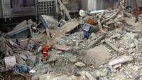 Tim penyelamat mengevakuasi lokasi reruntuhan sebuah bangunan di Karachi, Pakistan (8/6/2020). Korban tewas akibat runtuhnya gedung permukiman lima lantai di Karachi bertambah menjadi 13 orang pada Selasa (9/6) pagi waktu setempat. (Xinhua/Str)