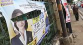 Spanduk salah satu parpol dan caleg peserta Pemilu 2019 terlihat sobek terpampang di pagar pembatas di Jalan Raya Bogor depan GOR Ciracas, Jakarta, Kamis (17/1). Kondisi ini membuat pagar pembatas terlihat kumuh. (Liputan6.com/Helmi Fithriansyah)