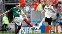 Pemain Meksiko, Hector Herrera (kiri) berebut bola dengan Toni Kroos dalam pertandingan Grup F antara Jerman dan Meksiko di Piala Dunia 2018 di Luzhniki Stadium, Moskow, Rusia, Minggu (17/6). (AP Photo/Victor R. Caivano)