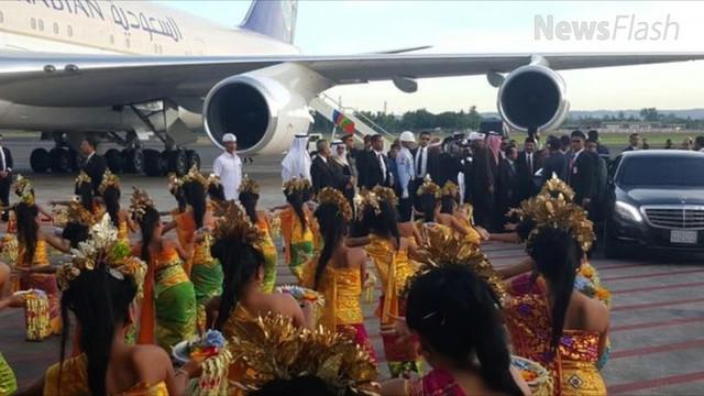 Lalu lalang mobil mewah yang dipakai rombongan Raja Salman masih terlihat. Mereka tampak mencicipi sejumlah makanan yang ada di Bali. Rombongan melakukan wisata kuliner.