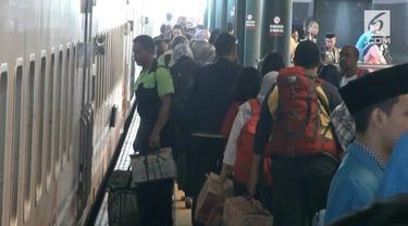 Tiga hari setelah hari raya idulfitri, ribuan pemudik mulai kembali ke Jakarta lewat Stasiun Gambir.