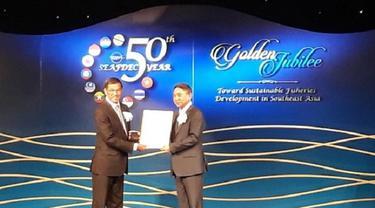 Duta Besar Ahmad Rusdi, mewakili Menteri Susi Pudjiastuti, Menteri Kelautan dan Perikanan, menerima penghargaan dari SEAFDEC atas keberhasilannya menjadi tuan rumah Inland Fishery Resources Development and Management Department (KBRI Bangkok)