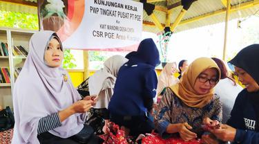 Nampak Wakil Ketua Persatuan Wanita Petra (PWP) Tingkat Pusat PT PGE Ira Eko Agung, tengah mendapatkan pengarahan cara mengolah dan mendaur ulang sampah plastik di Desa Cinta, Garut, Jawa Barat