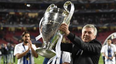 Carlo Ancelotti resmi ditunjuk menggantikan posisi Zinedine Zidane di Real Madrid, 1 Juni 2021. Ini adalah kali kedua ia dipercaya membesut Los Blancos setelah periode pertamanya pada 2013 hingga 2015 lalu. 4 trofi sukses ia persembahkan selama dua tahun tersebut. (AFP/Franck Fife)