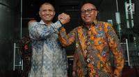 Ketua KPK Agus Rahardjo dan Direktur Utama BPJS Ketenagakerjaan (TK) Agus Susanto bersalam komando seusai penandatanganan nota kesepahaman atau memorandum of understanding (MoU) di Gedung KPK, Jakarta, Rabu (13/2) . (Merdeka.com/Dwi Narwoko)