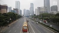 Suasana lalu lintas yang lengang di lajur arteri dan Tol Dalam Kota di ruas Jalan Gatot Subroto, Jakarta, Jumat (23/6). Hari pertama pelaksanaan cuti bersama Lebaran 2017, jalanan di berbagai ruas Ibu Kota pagi ini lancar. (Liputan6.com/Faizal Fanani)