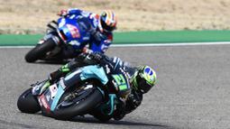 Pembalap Petronas Yamaha, Franco Morbidelli, memimpin balapan  MotoGP Teruel, Minggu (25/10/2020). Morbidelli berhasil finis pertama dengan catatan waktu 41 menit 47,652 detik. (AP/Jose Breton)