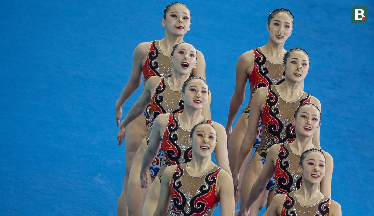 Para perenang China tampil pada nomor beregu cabang renang indah Asian Games XVIII di Stadion Aquatic Senayan, Jakarta, Rabu (29/8/2018). Tim China berhasil meraih medali emas. (Bola.com/Vitalis Yogi Trisna)