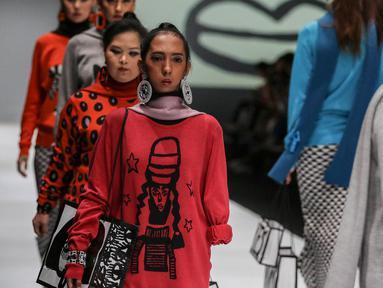 Model disabilitas mengenakan busana rancangan kolaborasi Cotton Ink x Intoart yang digawangi British Council pada Jakarta Fashion Week 2020 di Senayan, Kamis (24/10/2019). Kolaborasi ini menampilkan model disabilitas yang terdiri dari down syndrome, tuna daksa dan tuli. (Liputan.com/Johan Tallo)