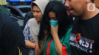 Artis sekaligus model Andi Novitalia alias Vitalia Sesha mengenakan baju tahanan saat dihadirkan dalam konferensi pers dalam kasus narkoba di Polres Metro Jakarta Barat, Kamis (26/2/2020). Vitalia Shesa resmi menjadi tersangka kasus narkoba. (merdeka.com/Magang/Muhammad Fayyadh)