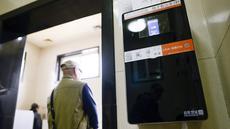 Sebuah dispenser tisu dengan kamera yang mampu mengenali wajah terpasang di toilet umum Temple of Heaven, Beijing, China, Selasa (21/3). Alat itu dipasang untuk memerangi para pencuri tisu toilet yang menjadi masalah serius di Beijing. (WANG Zhao/AFP)