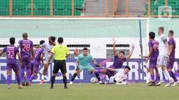Kemelut terjadi di depan gawang Persik Kediri saat melawan PSM Makassar pada laga BRI Liga 1 di Stadion Wibawa Mukti, Cikarang, Kamis (23/9/2021). PSM Makassar menang tipis atas Persik Kediri dengan skor 3-2. (Bola.com/M Iqbal Ichsan)