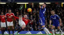 Wayne Rooney (kiri) melakukan tendangan salto saat dihadang pemain Chelsea Gary Cahill pada lanjutan Liga Premier Inggris di Stadion Stamford Bridge, London, Senin (8/2/2016) dini hari WIB.  (AFP/Ian Kington)