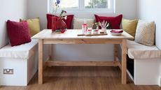 Nook atau ruang kecil yang terletak di samping jendela adalah lokasi yang ideal untuk menempatkan meja makan kecil. Letaknya yang menjorok tak mengganggu ruang gerak penghuni. (foto: house to home)