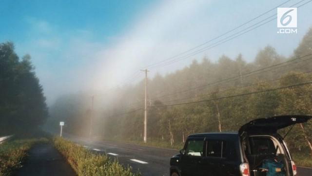 Seorang pria di Jepang buktikan bahwa pelangi ada ujungnya saat berkendara di suatu tempat.