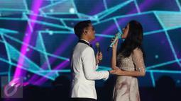 Dua penyanyi muda berbakat, Afgansyah Reza dan Raisa, berkolaborasi dalam lagu berjudul Percayalah pada malam puncak HUT 26 SCTV di Istora Senayan, Jakarta, Rabu (24/8). Afgan dan Raisa tampil dengan begitu menyentuh. (Liputan6.com/Herman Zakharia)