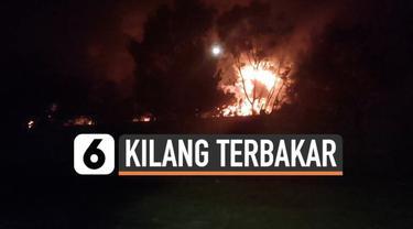 Dua hari setelah kilang minyak Pertamina Balongan meledak, kebakaran masih melanda lokasi tersebut. Hingga Selasa (30/3) malam, api masih berkobar dan membakar tangki minyak.
