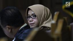 Terdakwa dugaan suap kesepakatan kontrak kerja sama PLTU Riau-1, Eni Maulani Saragih saat menyimak keterangan saksi pada sidang lanjutan di Pengadilan Tipikor, Jakarta, Selasa (11/12). Sidang mendengar keterangan saksi. (Liputan6.com/Helmi Fithriansyah)