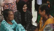 Istri Bupati Gowa, Priska Paramita berbincang-bincang dengan pengungsi korban banjir bandang. (dok. Instagram @priskaparamita/https://www.instagram.com/p/Bs-ulPQg6sd/Dinny Mutiah)