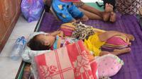 Kelompok rentan, seperti bayi dan balita menjadi perhatian khusus dalam pengungsian banjir sidareja. (Foto: Liputan6.com/Muhamad Ridlo)
