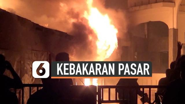 Kebakaran melanda pusat penjualan pakaian bekas di Tanjung Balai Sumatera Utara. Kebakaran menghanguskan 300 lebih kios. 4 mobil Damkar dikerahkan memadamkan api.Petugas kesulitan arena minimnya sumber air.