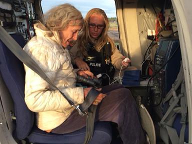 Ann Charon Rogers dibantu oleh tim SAR White River Indian Reservation di Gila County, Arizona, Selasa (12/4). Nenek 72 tahun itu berhasil selamat setelah tersesat selama 9 hari di hutan Arizona, Amerika Serikat. (REUTERS/Arizona Department of Safety)