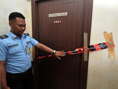 Petugas mengecek ruangan anggota DPR dari F-Partai Golkar, Budi Supriyanto yang disegel penyidik KPK, Jakarta, Kamis (13/1). Penyidik juga menyegel ruangan anggota DPR dari F-PDIP Damayanti Wisnu Putranti terkait kasus OTT. (Liputan6.com/Johan Tallo)
