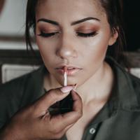 Ilustrasi pemakaian Makeup | unsplash.com/@candice_picard
