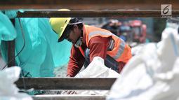 Pekerja membongkar jembatan penyeberangan orang (JPO) Tosari, Jakarta, Minggu (16/12). Pembongkaran JPO Tosari bertujuan mengurai kemacetan. (Merdeka.com/Iqbal Nugroho)