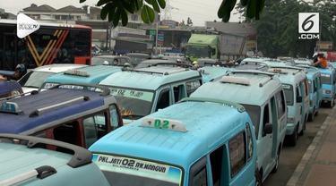 Puluhan sopir angkot menggelar demonstrasi terkait adanya trayek Transjakarta Pulo Gadung - Pondok Gede.