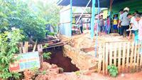 Warga was-was, lubang yang terbentuk di bawah rumah warga Kabupaten Muna, Sulawesi Tenggara itu diperkirakan memiliki kedalaman puluhan meter. (Liputan6.com/Ahmad Akbar Fua)