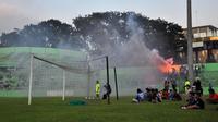 Satu di antara sudut Stadion Gajayana, Malang, di mana Aremania menyalakan flare dan petasan saat latihan berjalan, Minggu (19/5/2019). (Bola.com/Iwan Setiawan)