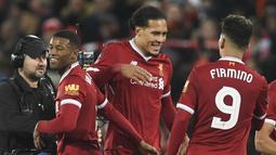 Liverpool mendatangkan Virgil van Dijk (tengah) dari Southampton FC dengan nilai transfer sebesar  nilai transfer mencapai 75 juta pound sterling. (AFP/Paul Ellis)