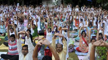 Sejumlah orang berpartisipasi dalam sesi yoga menjelang peringatan Hari Yoga Sedunia, di Art of Living ashram di Bengaluru, India, Sabtu (13/5/2015). Hari Yoga Dunia dirayakan pada 21 Juni. (REUTERS/Abhishek N. Chinnappa)