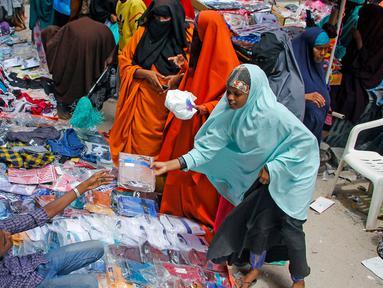 Orang-orang berbelanja di pasar jalanan sebagai persiapan untuk Hari Raya Idul Fitri di Mogadishu, Somalia, (19/5/2020). Konflik dan kemiskinan selama bertahun-tahun membuat Somalia tidak siap menangani krisis kesehatan seperti pandemi coronavirus. (AP Photo/Farah Abdi Warsameh)