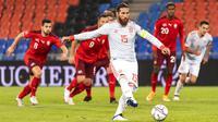 Bek Spanyol, Sergio Ramos, melepaskan tendangan penalti saat melawan Swiss pada laga UEFA Nations League di Stadion St. Jakob-Park, Minggu (15/11/2020). Kedua tim bermain imbang 1-1. (Alessandro della Valle/Keystone via AP)
