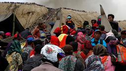 Sejumlah  warga suku Tengger saat akan menaiki tangga menuju kawah gunung Bromo, Probolinggo, Rabu (20/7). Warga nantinya akan memberi persembahan sesajen kepada Sang Hyang Widhi berupa ternak dan hasil pertanian. (REUTERS / Beawiharta)