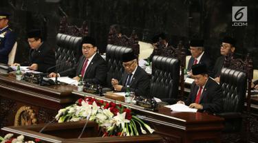 Wakil Ketua DPR Fadli Zon (kedua kiri) memimpin dan membuka Sidang Paripurna DPR terkait RUU APBN di Kompleks Parlemen, Senayan, Jakarta, Rabu (16/8). Fadli menggantikan Ketua DPR Setya Novanto yang berhalangan karena sakit. (Liputan6.com/Johan Tallo)