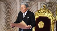 Kaisar Jepang Akihito tengah membacakan pengumuman kerajaan di depan Majelis Tinggi Parlemen di Tokyo pada 8 November 2017 (KAZUHIRO NOGI / AFP)