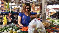 Penampilan Tamara Bleszynski saat berbelanja di pasar tradisional (Dok.Instagram/@tamarableszynskiofficial/https://www.instagram.com/p/BsKuBAZlokj/Komarudin)