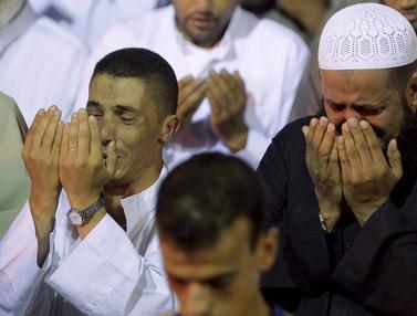 20150714-Doa Khusyuk Umat Muslim Sambut Malam Lailatul Qadar-Maroko 1