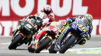 Pembalap Movistar Yamaha, Valentino Rossi terus mendapatkan tekanan sebelum mengamankan podium juara MotoGP Belanda 2017 di Sirkuit Assen. (Vincent Jannink / ANP / AFP)