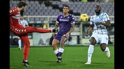 Jelang babak pertama usai, Romelu Lukaku hampir menggandakan keunggulan Inter. (Foto: AFP/Alberto Pizzoli)