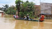 Petugas SAR membantu mengevakuasi warga korban banjir di Kabupaten Bandung. (Basarnas)