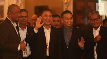 Komjen Pol Mochamad Iriawan atau Iwan Bule melambaikan tangannya saat pembukaan Kongres Luar Biasa (KLB) PSSI di Jakarta, Sabtu (2/11/2019). Mochamad Iriawan resmi menjabat sebagai Ketua Umum PSSI periode 2019-2023 dengan raihan suara mutlak 82 dari jumlah voters 85. (Liputan6.com/Herman Zakharia)